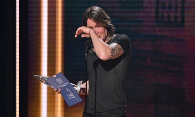 Photo of Keith Urban accepting the ward for Entertainer of the Year