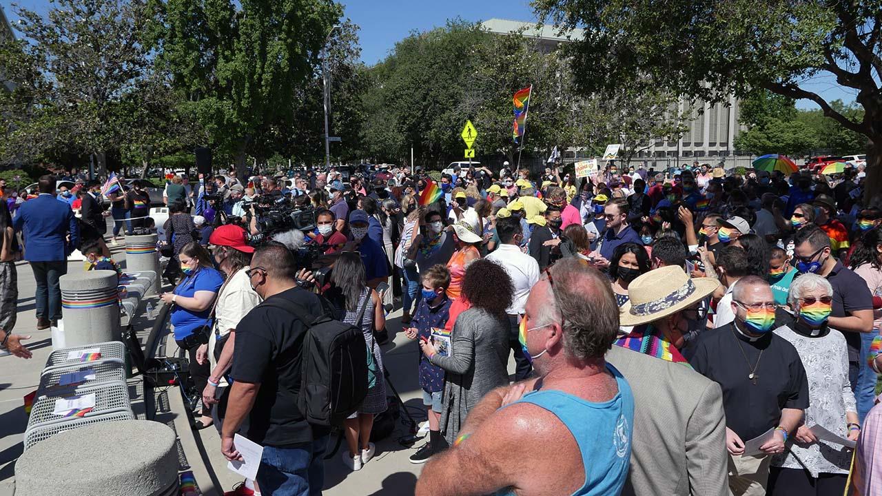 P1300856_Pride Crowd